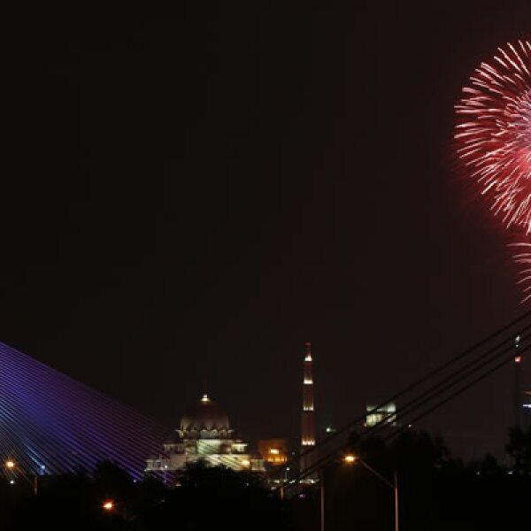 Fuegos artificiales explotan en el horizonte de la capital de Malasia en las celebraciones.