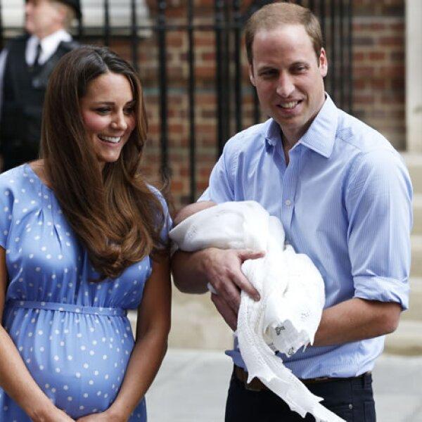 `Es un momento muy especial´, aseguró Kate quien lucía radiante en un vestido de lunares azul, mismo estampado que utilizó Diana cuando salió del hospital cargando a Guillermo