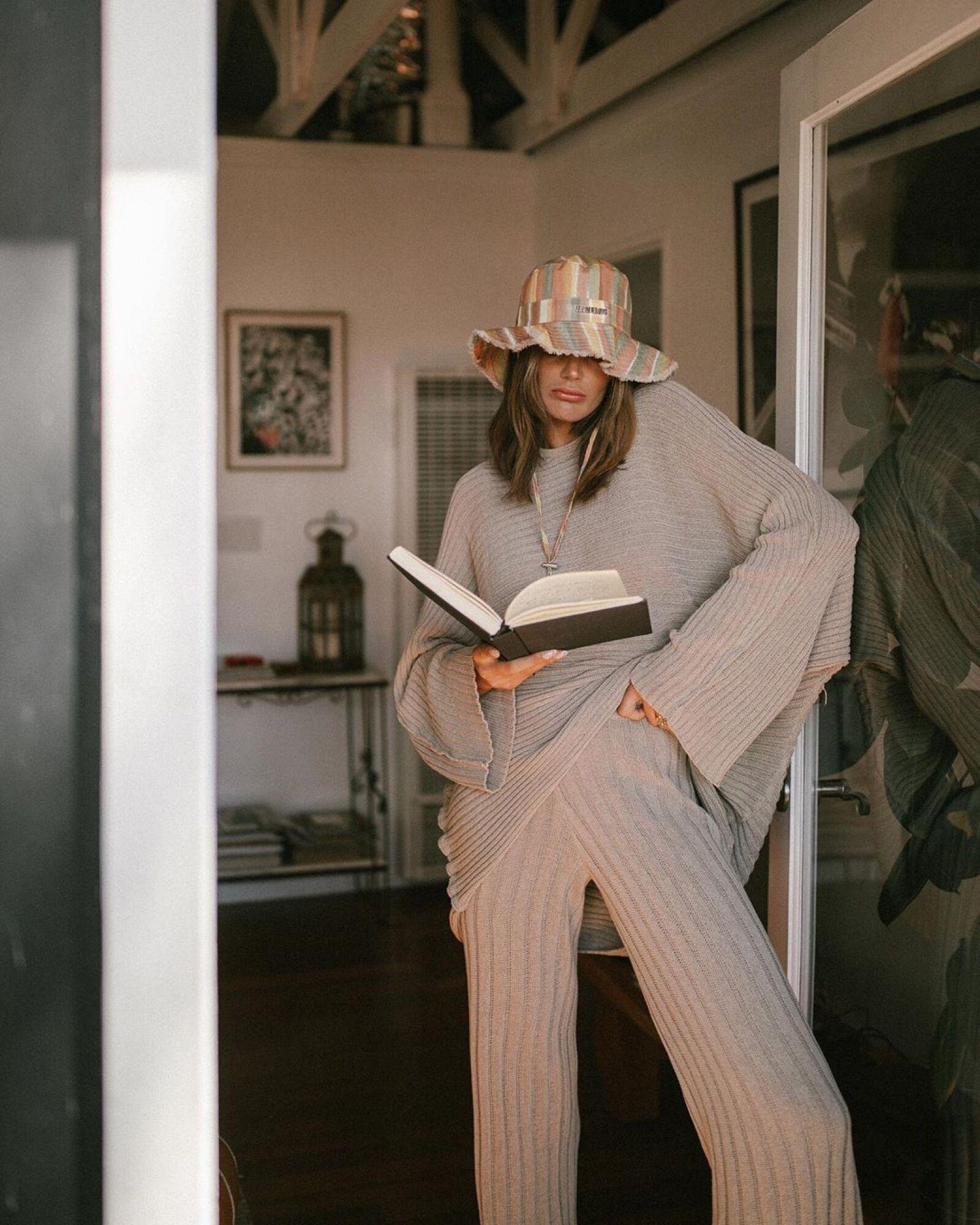 Tezza quiso hacer su cozy outfit más dolorido con un bucket hat a rayas