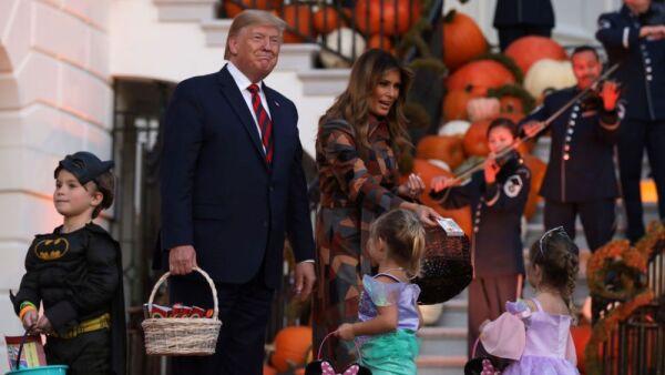 Comportamiento extraño Donald y Melania Trump 1.jpg