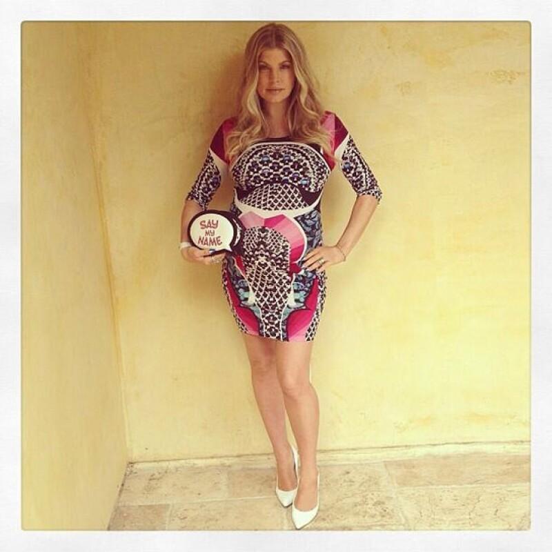Fergie decidió usar un vestido estampado y ajustado a sus nuevas curvas.