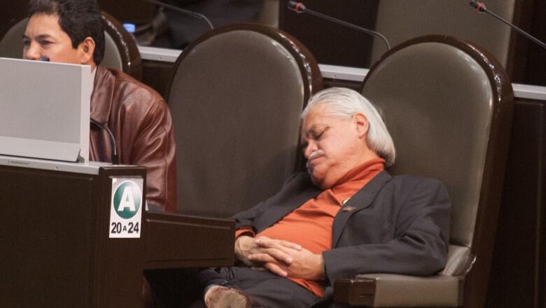Víctor Manuel Bautista, diputado del PRD se quedó plenamente dormido durante una sesión del congreso.