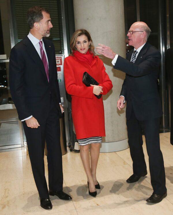 Durante su visita a Alemania, la reina combinó su outfit con un abrigo rojo.