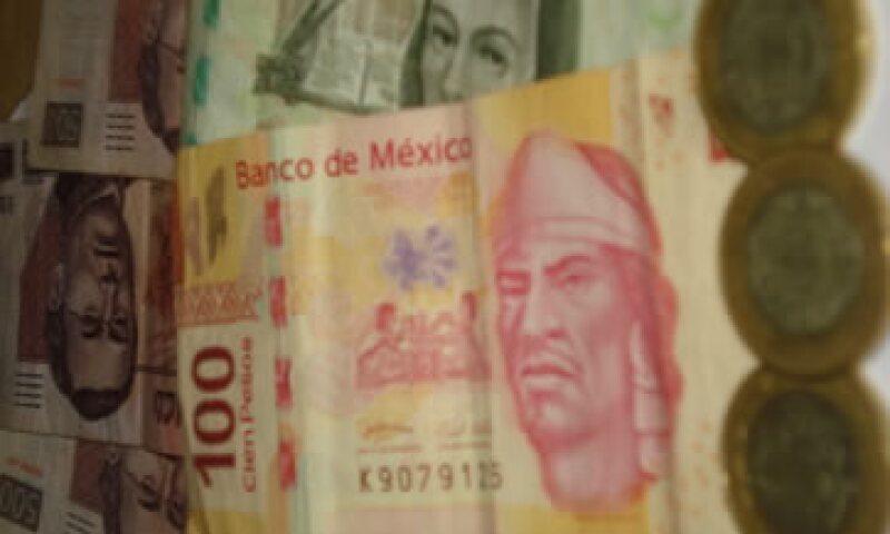En ventanillas de bancos y casas de cambio, el peso operaba en 11.37 por dólar a la compra y en 11.77 pesos a la venta. (Foto: Karina Hernández)