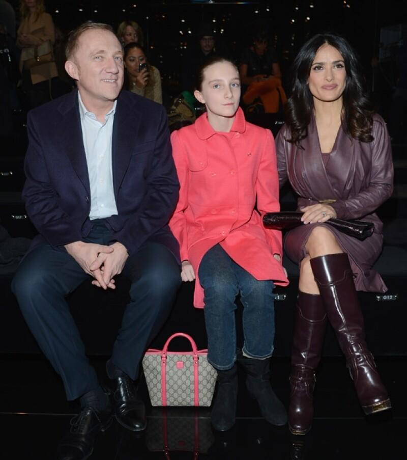 La actriz mexicana compartió su gusto por la moda al observar las próximas tendencias de moda en compañía de su hijastra Mathilde Pinault y su esposo Henri-François Pinault.