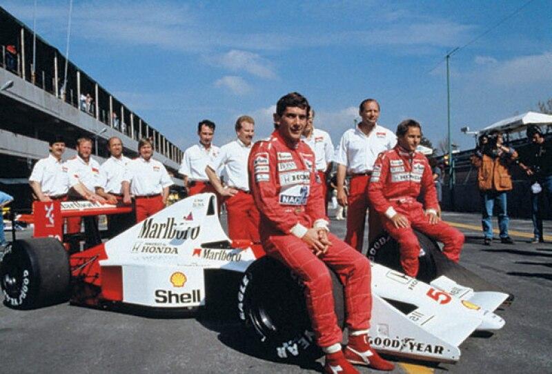 El brasileño Ayrton Senna y su equipo en México 1990.