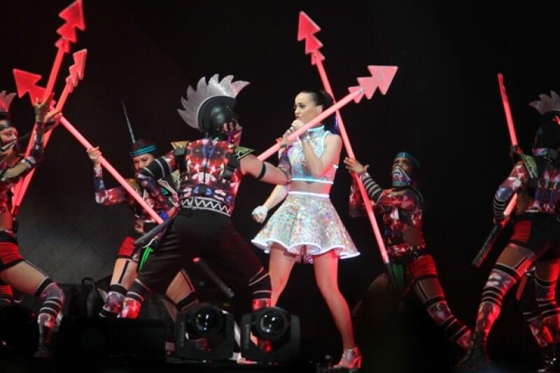 En su tercera visita al país, la cantante deslumbró con la producción de su &#39Prismatic World Tour&#39, superando las expectiativas de los miles de asistentes al show en el Palacio de los Deportes.