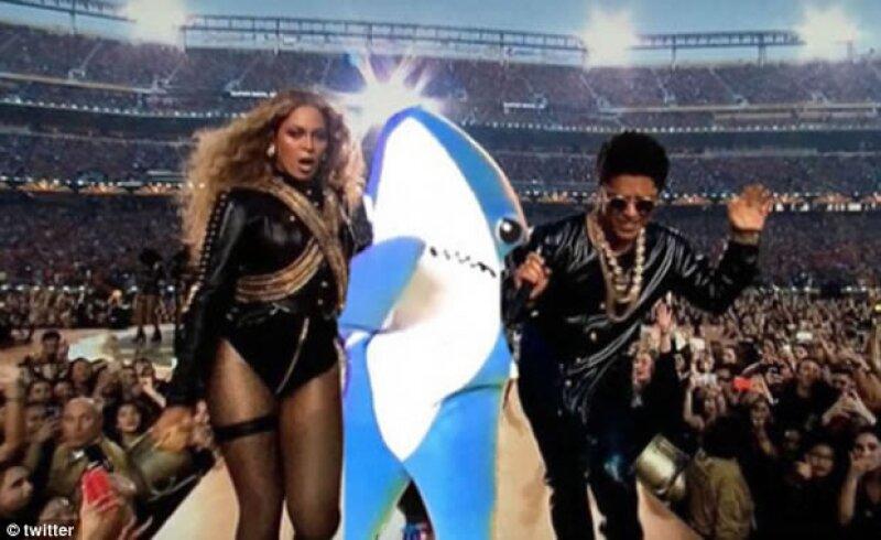 Otros compararon a Chris Martin con el famoso tiburón del show pasado.