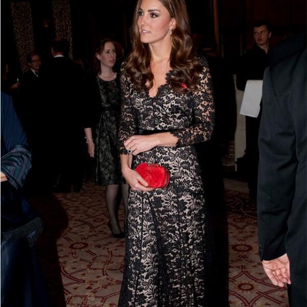 Espectacular en un vestido de encaje negro durante la celebración del aniversario 600 de la Universidad de St. Andrews, donde estudió y conoció al príncipe Guillermo.