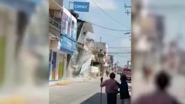 Un día después del potente sismo, así se derrumbó este edificio en Juchitán