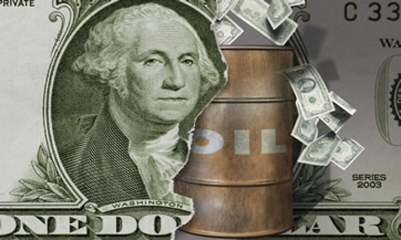 Los ingresos asociados a la actividad petrolera propuestos por el Ejecutivo federal para 2012 se estiman en un billón 147,831 millones de pesos. (Foto: Thinkstock)