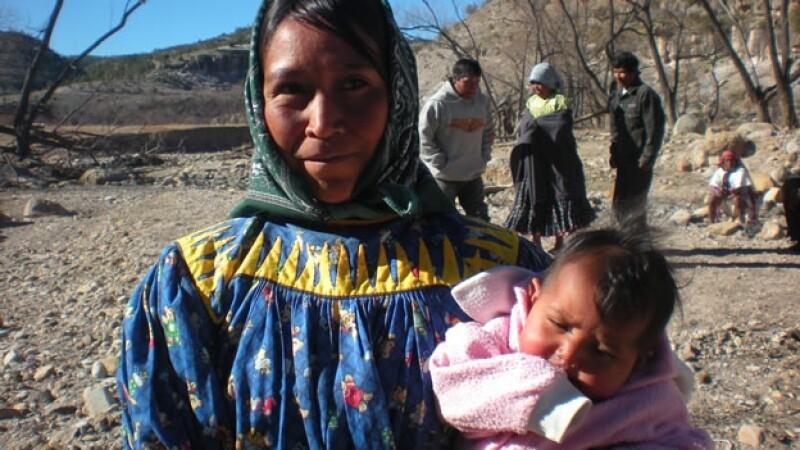 mujer indigena carga a su bebe