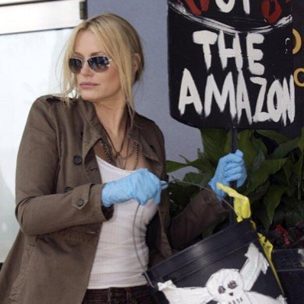 La actriz Daryl Hannah siempre se ha preocupado por la tierra y hasta la cárcel ha ido por defenderla, pues dice `si te importa la vida humana, debes cuidar el medio ambiente´.