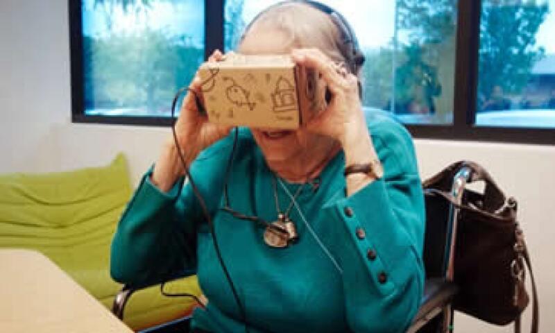 Olive Horrell usando Cardboard, un visor de realidad virtual de la empresa. (Foto: Cortesía/Heather Kelly )