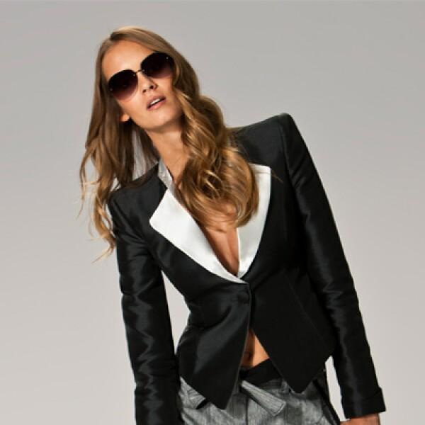 Un estilo ejecutivo en este saco en color negro y blanco, que se complementa con pantalones en lino de color gris.