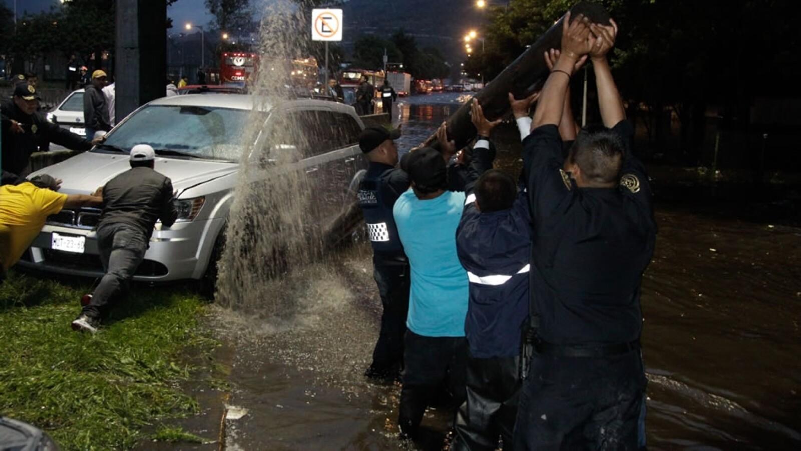 Varios automóviles resultaron varados por las lluvias; personal de los servicios de emergencia llegaron al paradero de Indios Verdes