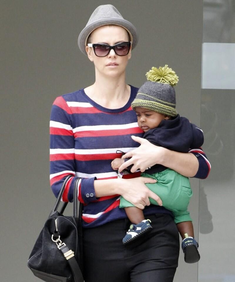 Charlize con su hijo adoptivo Jackson, quien está con la actriz dese marzo pasado.
