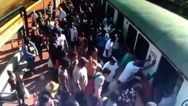 La pierna de una mujer se quedó atascada en el tren y así actuaron los pasajeros