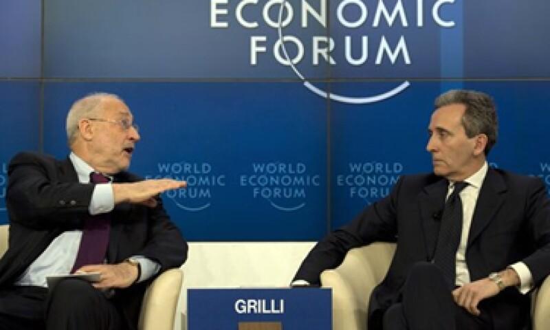 Joseph Stiglitz (izquierda) participó en el Foro de Davos junto al ministro italiano de Economía, Vittorio Grilli. (Foto: Reuters)