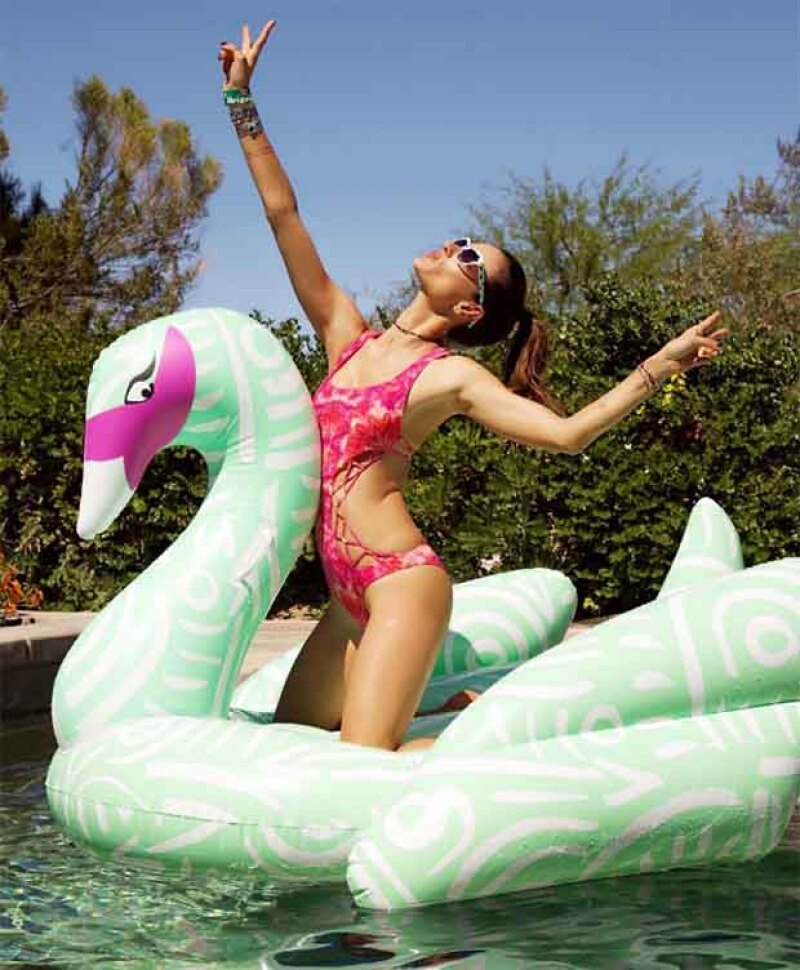Alessandra Ambrosio no deja de compartir fotos en los pool floats, ¡le fascinan!