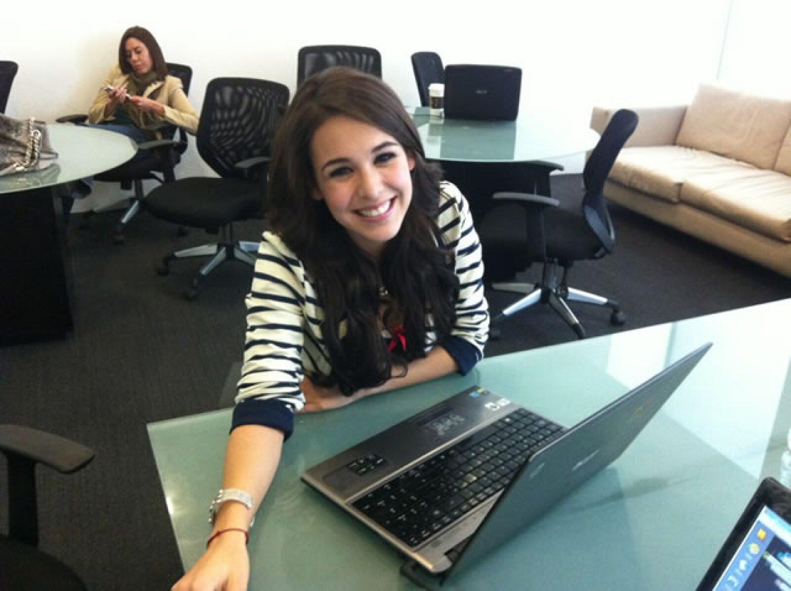 Junto a la telenovela, Paola lanzó un sencillo llamado `Mundo de Caramelo´la cual se colocó en los primeros lugares en la radio.