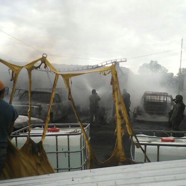 Explota una bodega en donde se almacenaban bidones de gasolina robada en el municipio de Los Reyes de Juárez. Febrero 2016.