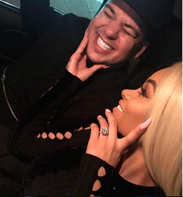 Blac Chyna luce en esta foto el impresionante anillo de compromiso que recibió de Rob Kardashian.
