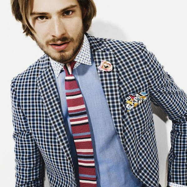 Atrévete a combinar patrones entre esta corbata a rayas, saco con cuadros y camisa lisa.