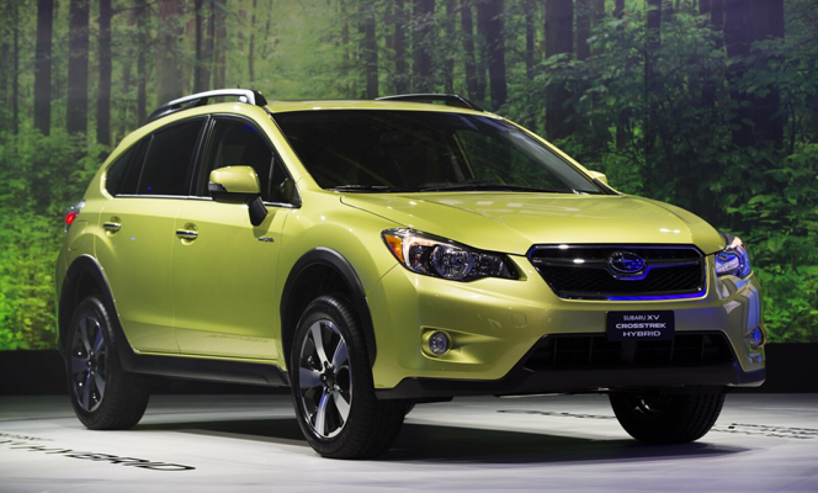 La Subaru XV Crosstrek Hybrid es mostrada en el salón, luego de ser presentada dentro del mismo evento.