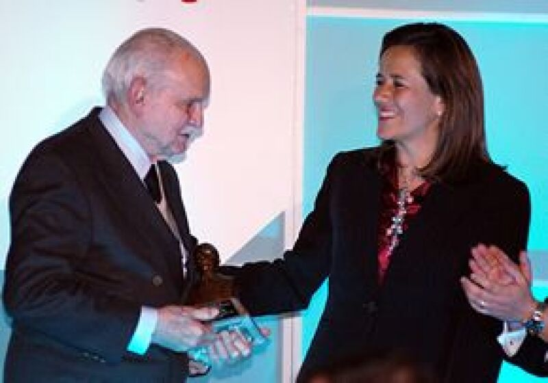 """La esposa de Calderón fue la encargada de darle el reconocimiento """"José Vasconcelos"""" al empresario, quien promueve la excelencia educativa."""