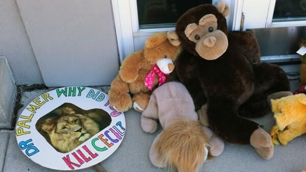 Un homenaje para el león ?Cecil? afuera del consultorio dental de Walter Palmer, en Minnesota