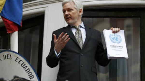 """""""Qué momento dulce. Esta es una victoria innegable"""", dijo Assange desde el balcón de la embajada. (Foto: Reuters)"""