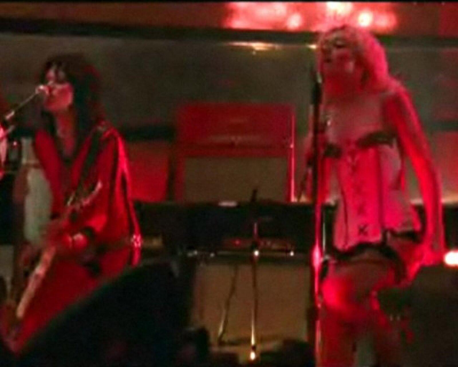 En una escena, Jett, la guitarrista, y Currie, la cantante, se encierran en una habitación tras una actuación en una pista de patinaje.