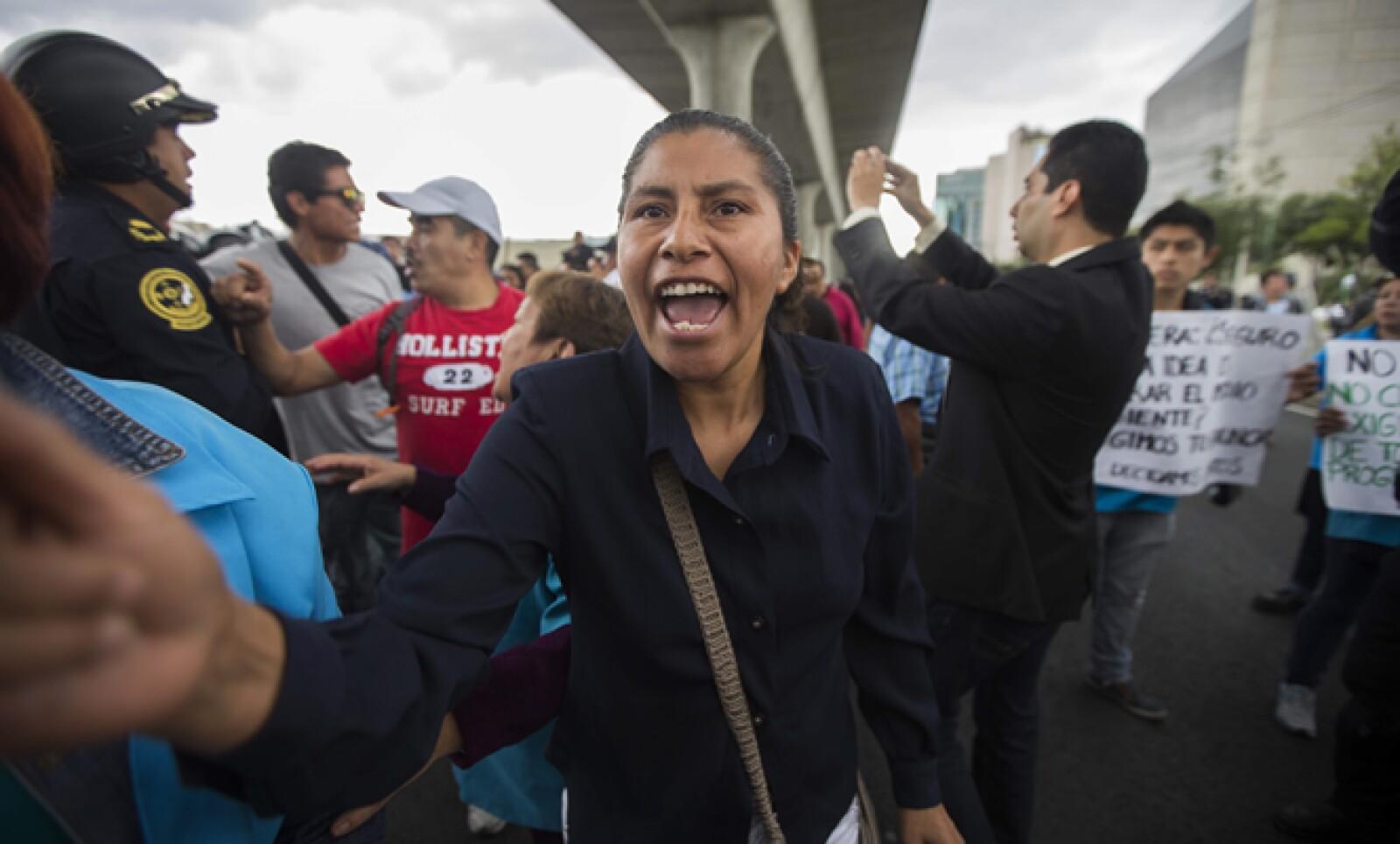 El bloqueo de los manifestantes duró más de cuatro horas en los carriles centrales y laterales de Periférico, una de las arterias viales más importantes de la capital.