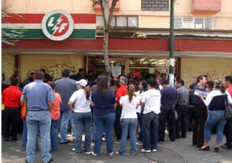 Algunos trabajadores han acudido a cobrar el pago de liquidación ofrecido por el Gobierno, mismo que es rechazado por el SME. (Foto: NTX)