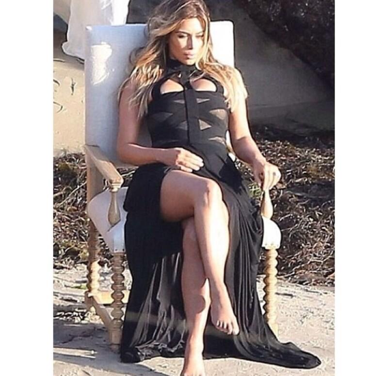 Tanto Kendall, Kylie y Kris Jenner como Khloé y Kim Kardashian lucieron elegantes vestidos el día de ayer en una sesión de fotos a la orilla del mar en Malibú.