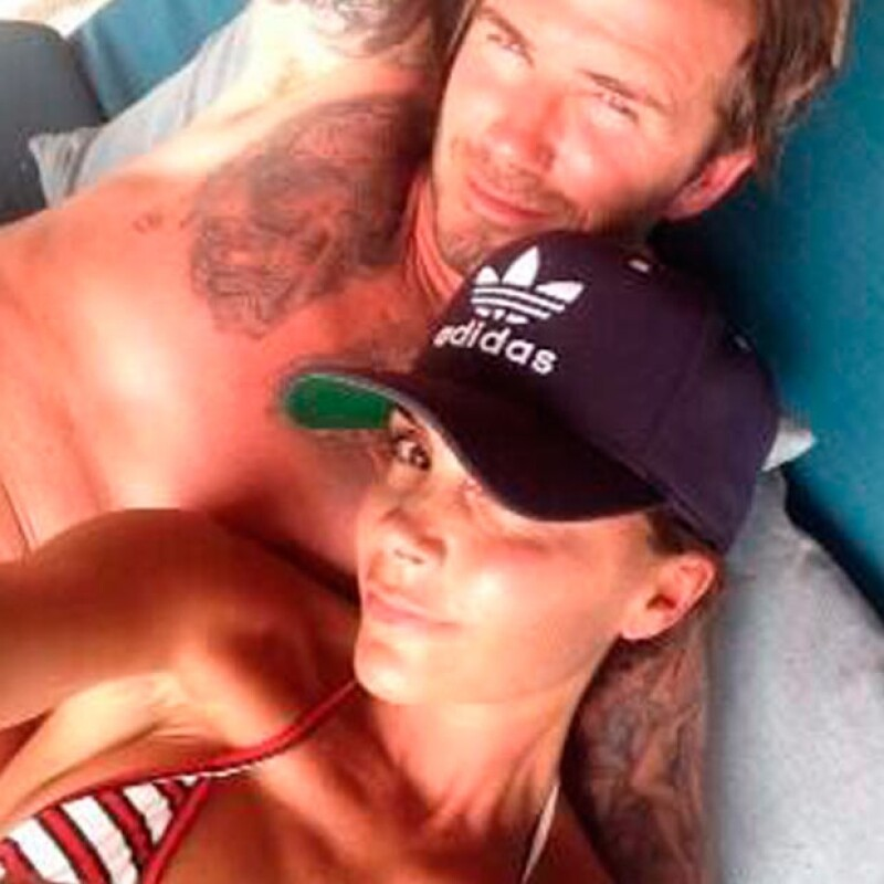 Victoria Beckham compartió esta romántica imagen en compañía de su esposo David Beckham.