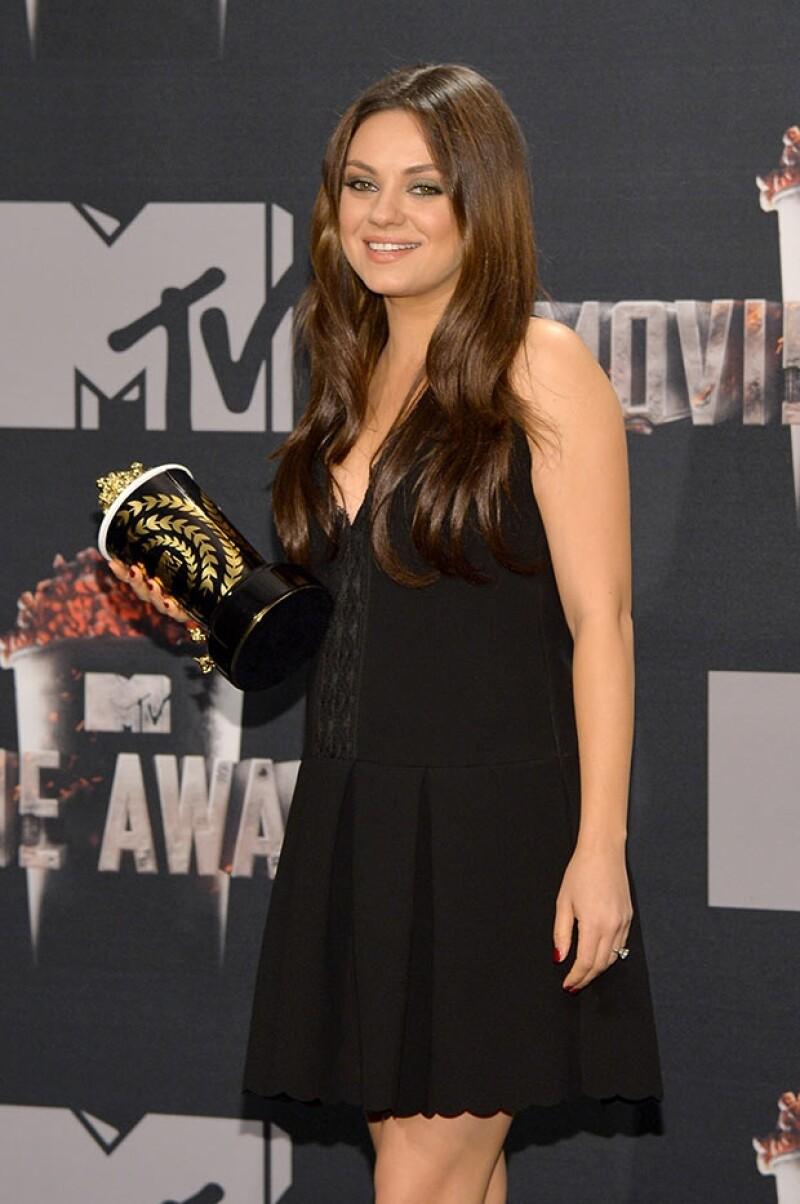 Mila Kunis ocultó su pancita bajo un holgado vestido negro plisado.