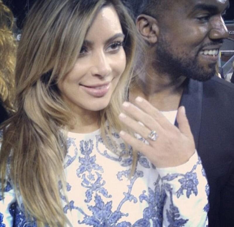 Kim no pudo ocultar su felcidad ante la sorpresa por su anillo de compromiso.