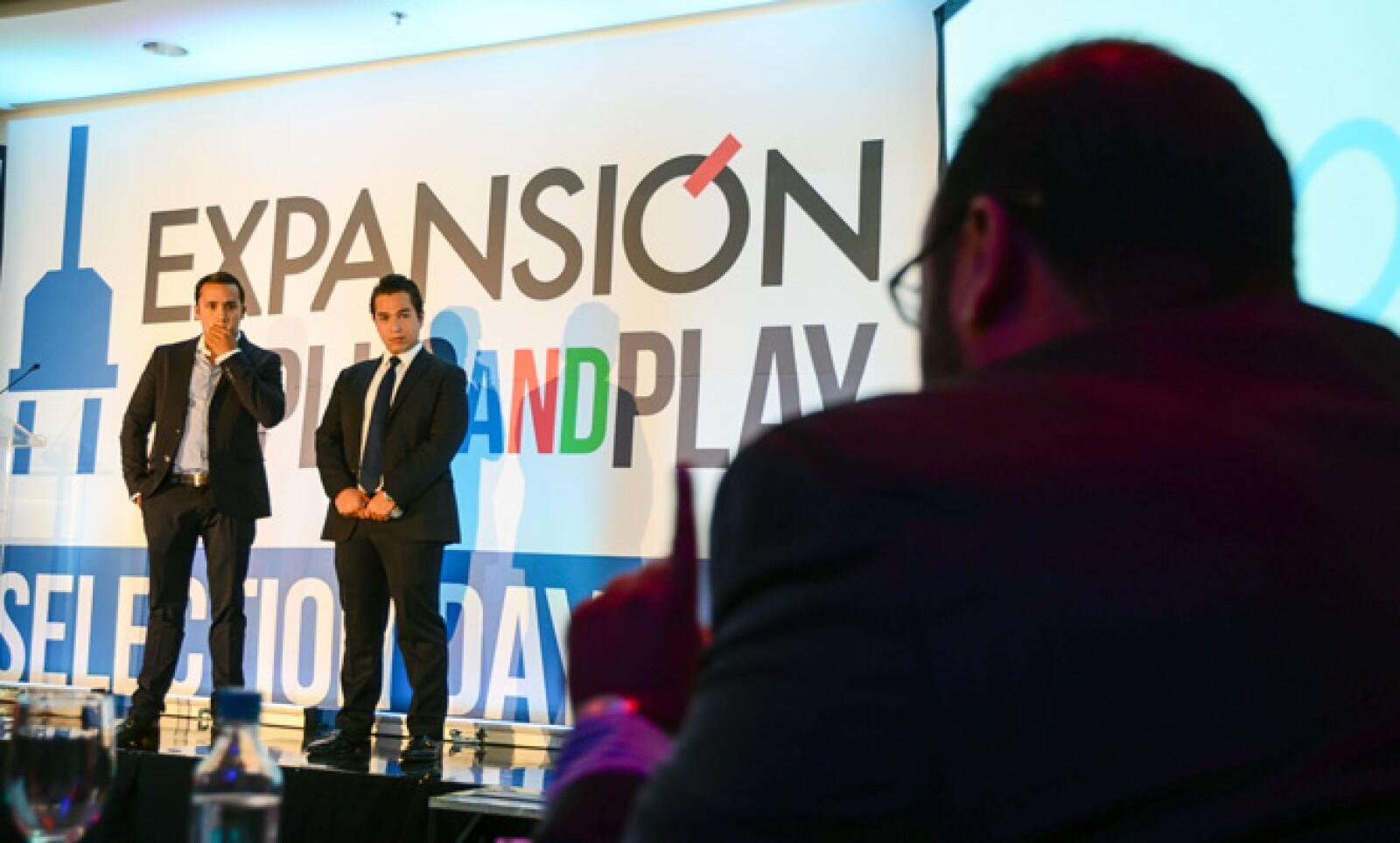 Miguel Osorno y Diego Magallo diseñaron una plataforma de pago que funciona con la huella digital sin necesidad de cargar el plástico.