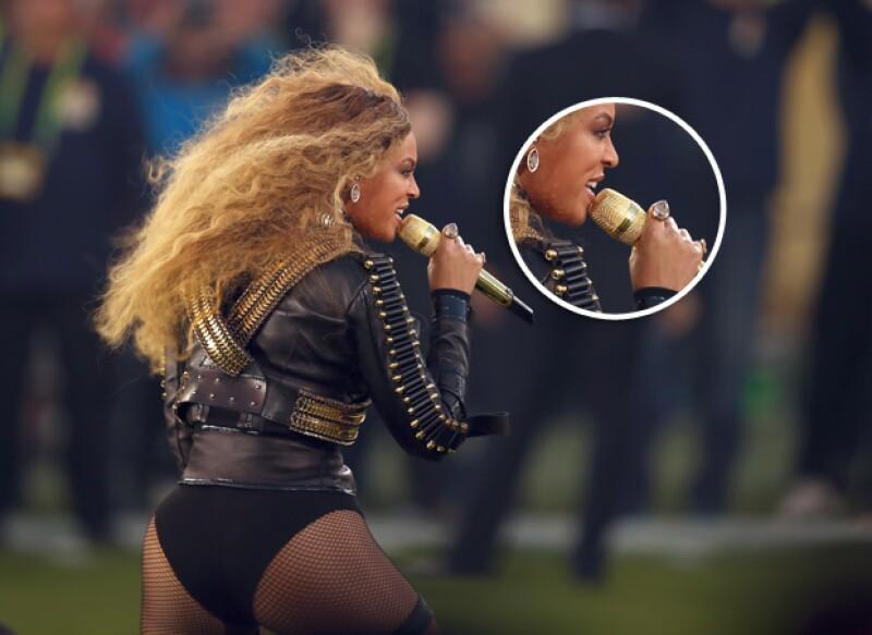 Con motivo del Super Bowl, Beyoncé usó un juego de anillos y aretes en forma de balón de americano.