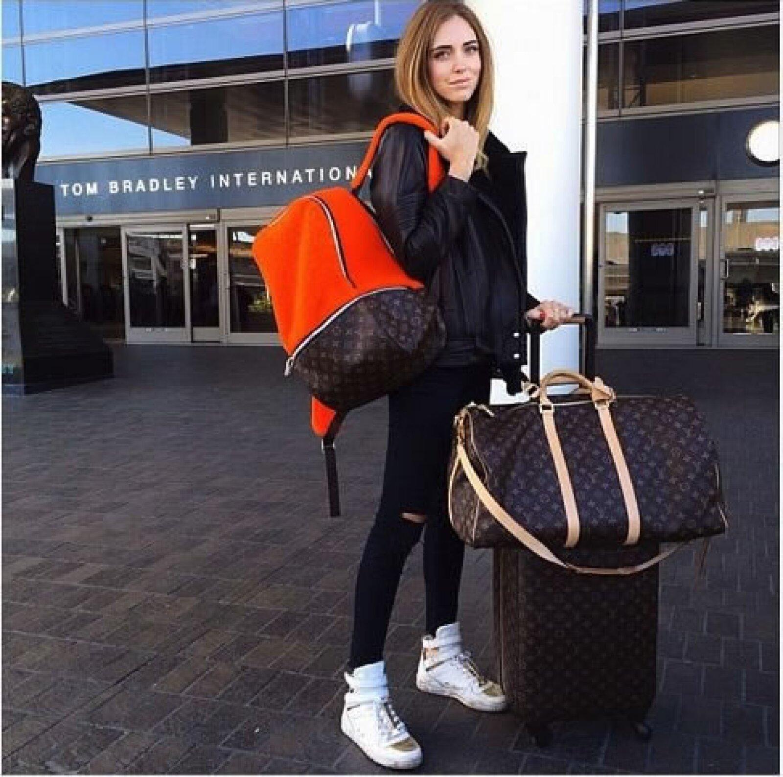 Para su viaje a Hong Kong, la blogger presumió los tenis Cameron de su colección homónima y los combinó con unos jeans J Brand, una chamarra de piel Iros Paris y la mochila de shearling que Marc Newson diseñó para el 160 aniversario del monograma de Louis Vuitton.