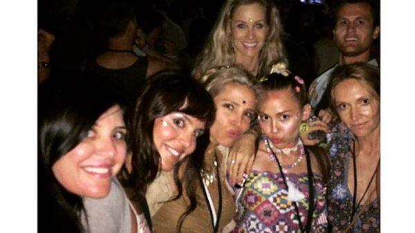 La actriz y esposa de Chris Hemsworth compartió una foto en la que aparece muy divertida con Miley, de quien han comenzado a surgir rumores sobre una posible reconciliación con Liam.