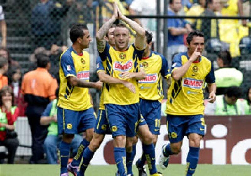 Sin importar que Vuoso, el 'Rolfi' o 'Memo' Ochoa jueguen bien, el América ganará económicamente con el Clásico del domingo. (Foto: Reuters)