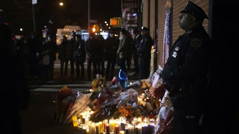 Policia hace guardia en ofrenda de sus compañeros