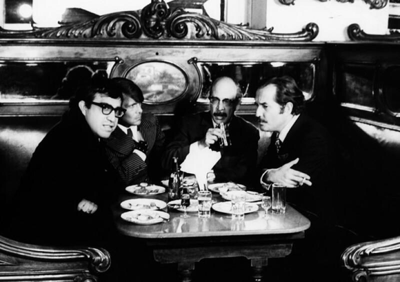 En la imagen Carlos Monsiváis, José Luis Cuevas, Fernando Benítez y Carlos Fuentes en la cantina La Ópera.