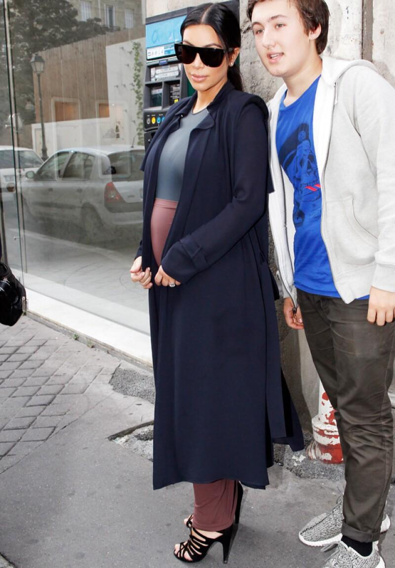 Kim se tomó una foto con un fan en las calles de Paris.