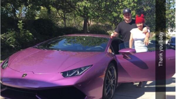 El romance entre Rob y Blac es más fuerte que nunca, pues de la nada el hermano menor de Kim le regaló a su prometida un auto morado de 200 mil dólares.
