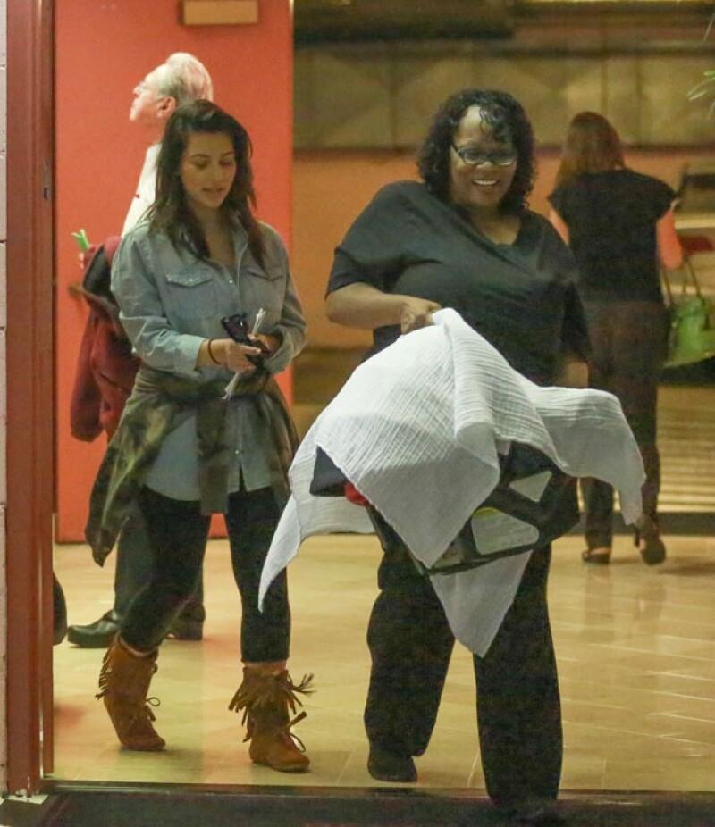 Kim lucía feliz. Aquí con la niñera que carga el bambineto de North.