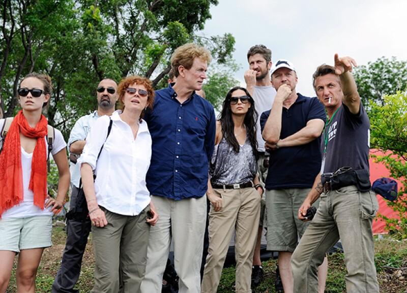 Olivia Wilde, Susan Sarandon, Dr. Bob Arnot, Demi Moore, Gerard Butler y Paul Haggis planeando la construcción de una escuela tras el terremoto de Haití en 2010.